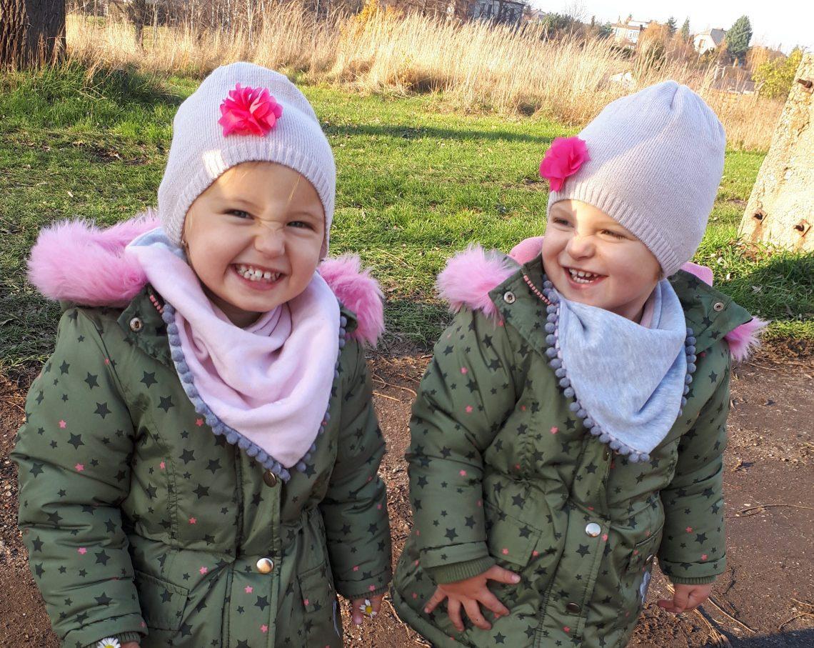 Dziecięca stylizacja – bliźniaczki na zimowo