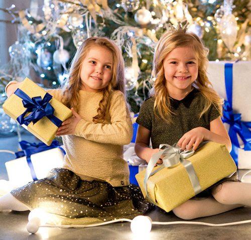 dziewczynki w świątecznej kolekcji coccodrillo