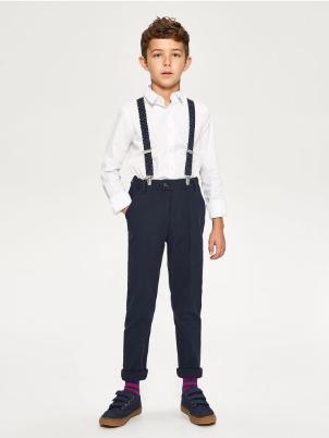 Chłopiec w ubraniach marki Reserved Kids