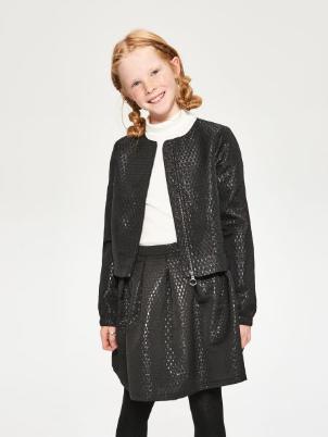 Dziewczynka w ubraniach marki Reserved Kids