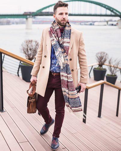 Mężczyzna w butach marki Deichmann