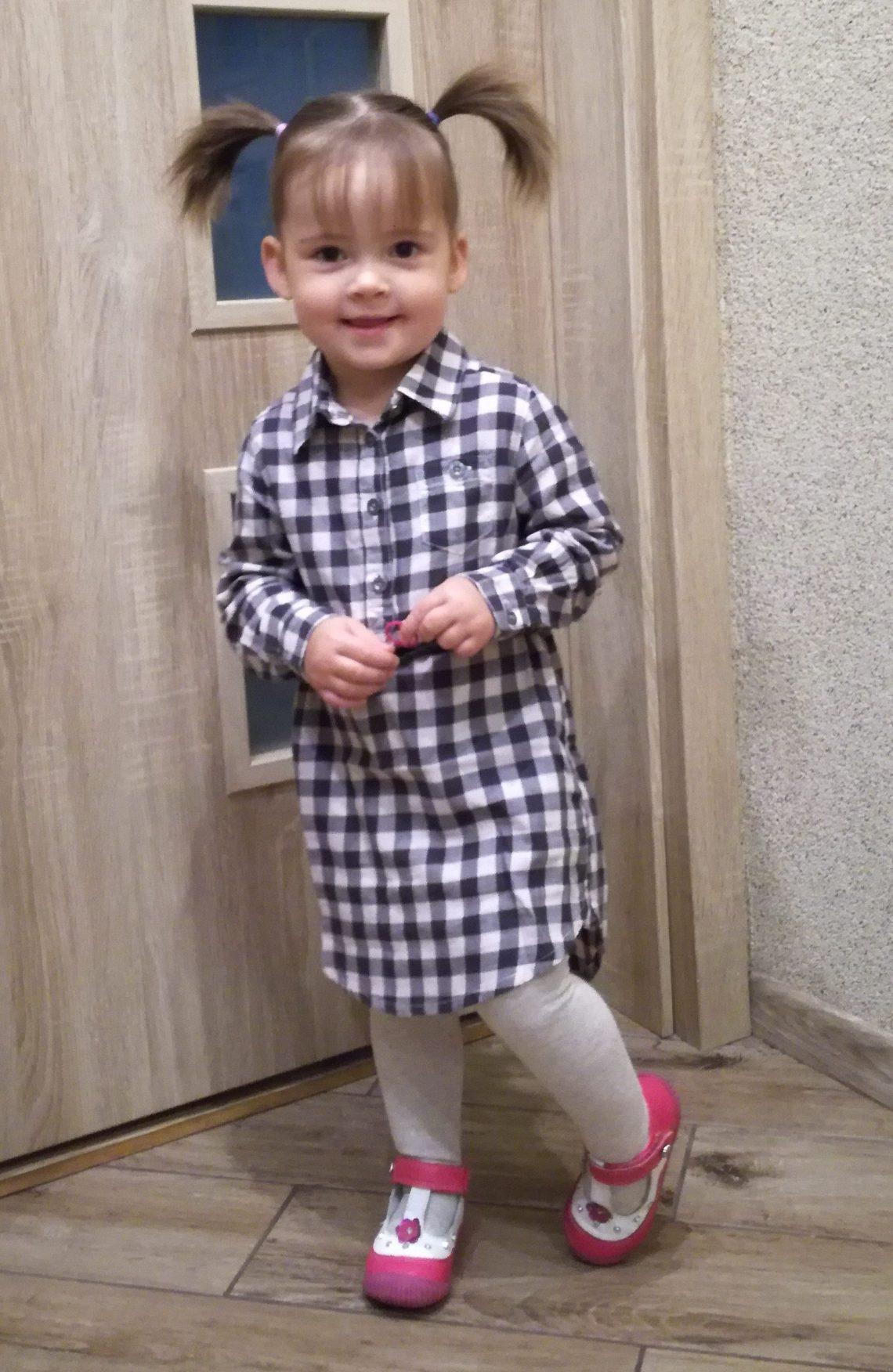Mała dziewczynka w ubraniach marki H&M