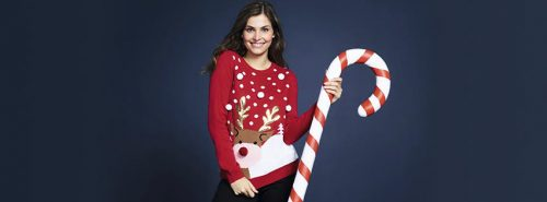 Kobieta w świątecznym swetrze firmy F&F