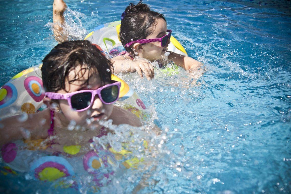 dwie dziewczynki w basenie, stroje kąpielowe dla dziewczynki