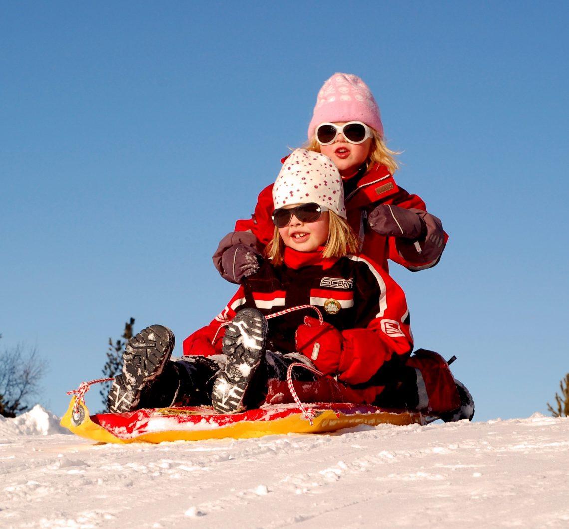 Dzieci na śniegu w spodniach narciarskich