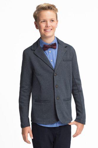 Elegancko ubrany chłopiec w ubraniach C&A