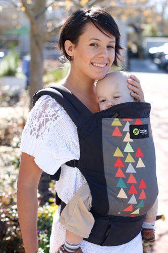 Kobieta z dzieckiem w nosidle Boba