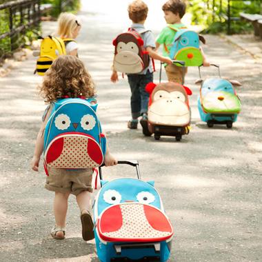 Małe dzieci z plecakami marki skip hop