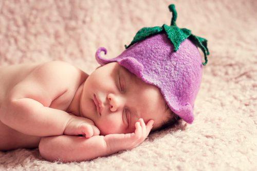 sesja noworodkowa, noworodek w czapce,