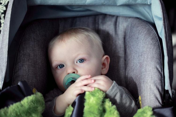 dziecko w foteliku