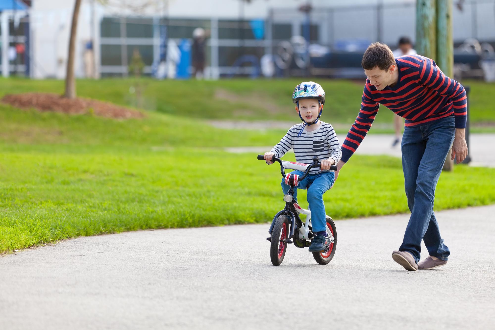 Jak bezstresowo nauczyć dziecko jazdy na rowerze?