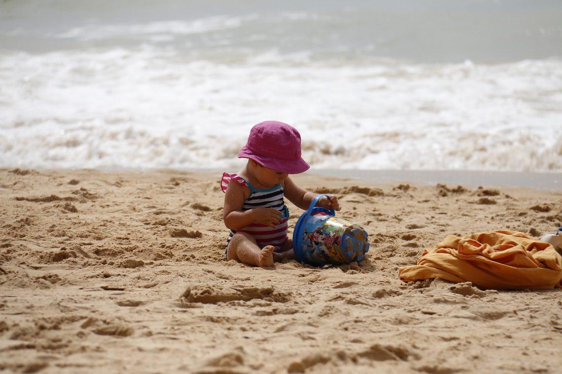 Z dzieckiem na plaży – jak ułatwić sobie życie?