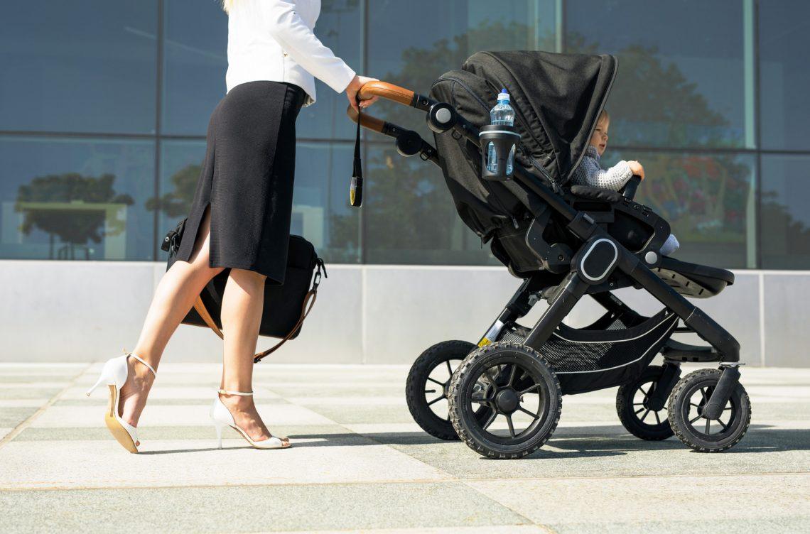 kobieta businesswoman bizneswomen dziecko praca powrót do pracy wózek
