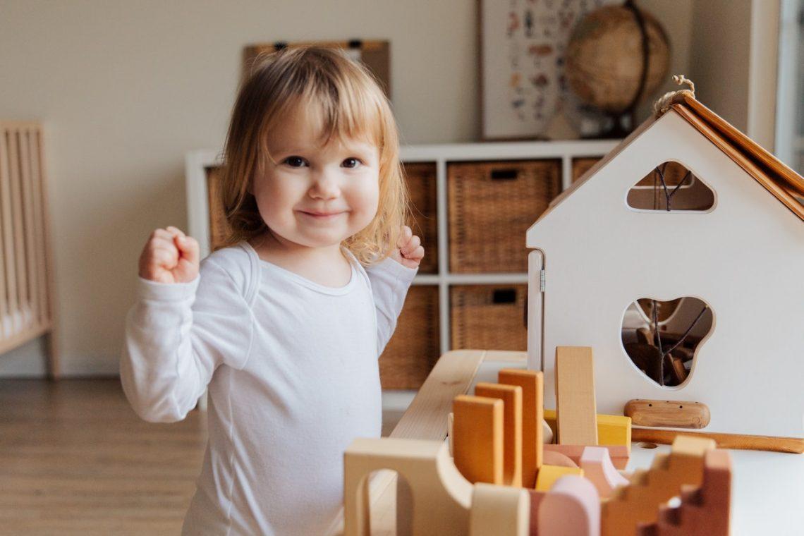 Drewniany domek dla lalek to zabawka, którą polecają psycholodzy. Zobacz dlaczego!